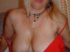 femme mature blonde avec des seins lourds