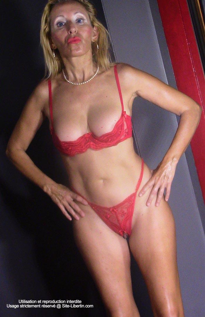Cougar sexy en lingerie rouge