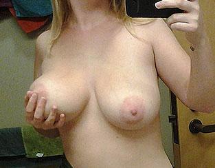 Selfie sexy : les gros seins naturels de Cynthia