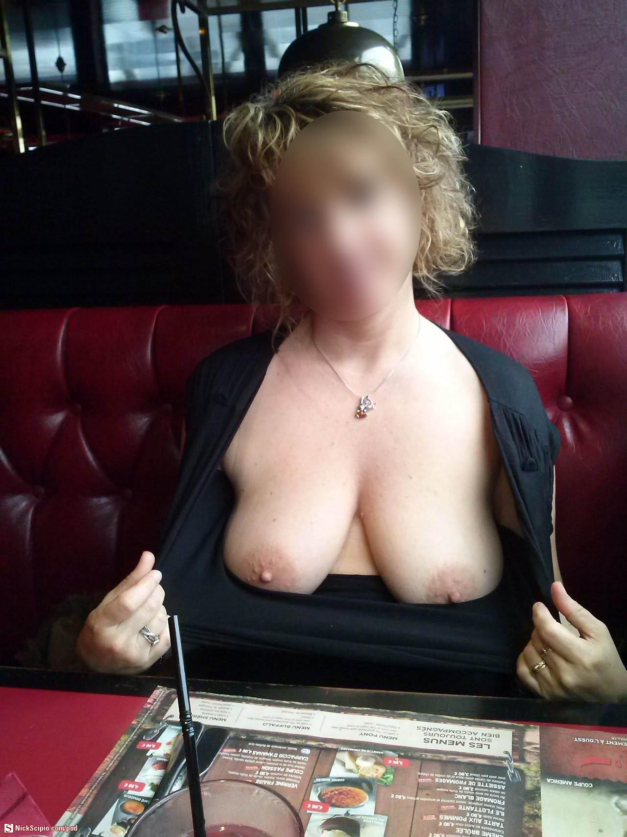 exhibe ses seins au restaurant