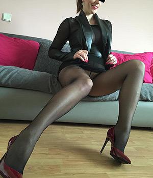 Femme libertine en collants sans culotte