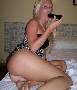 Blonde libertine suce un gode noir