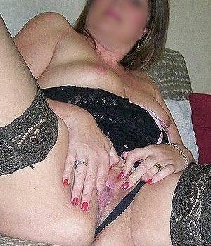 Femme infidèle exhibe sa chatte en lingerie coquine