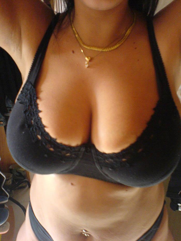 Mounia en soutiens-gorge noir coton