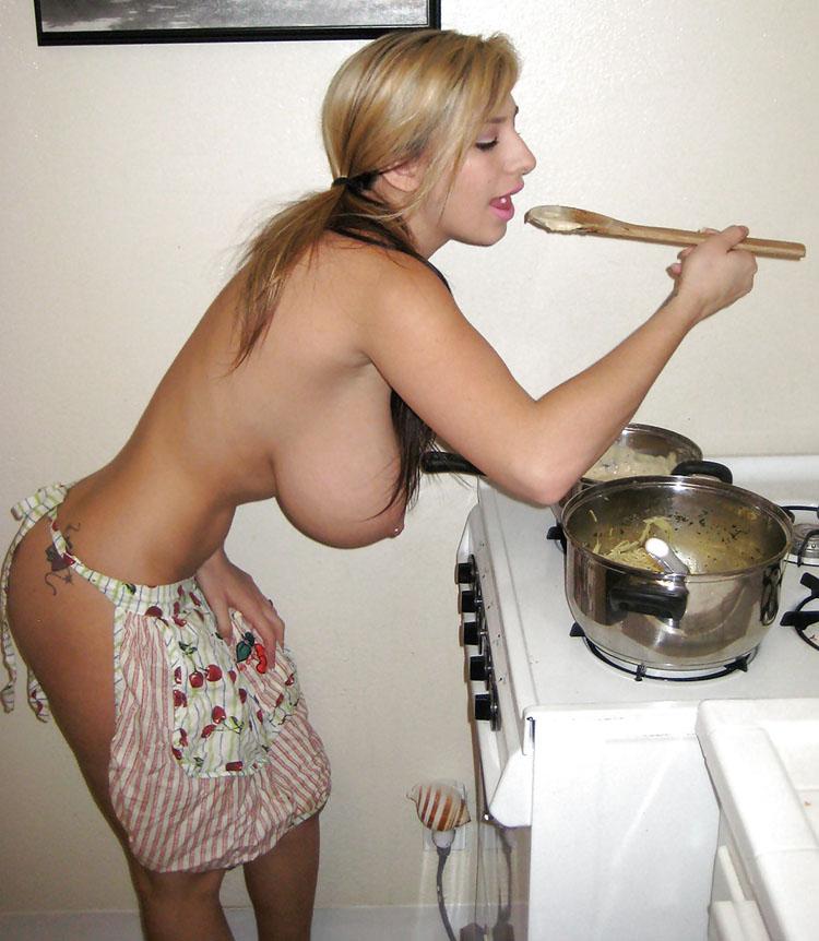 Gros seins en cuisine