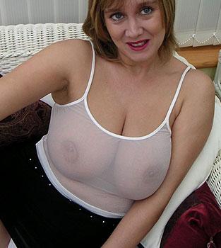 Belle paire de seins dans un haut moulant