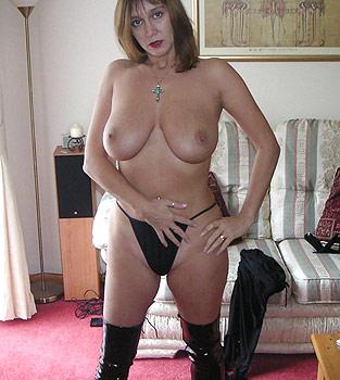 Femme mûre aux gros seins naturels