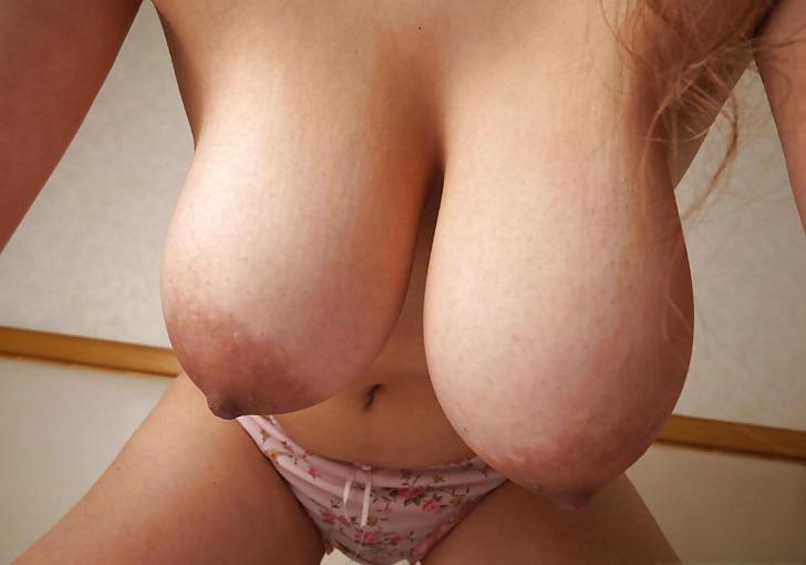 Grosse paire de seins en avant