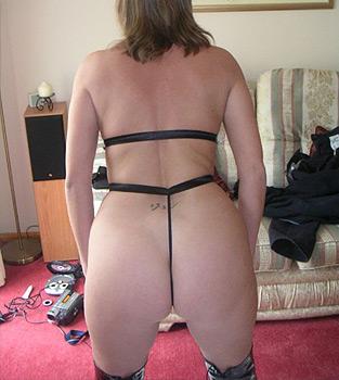 Femme mûre : string ficelle dans la raie du cul