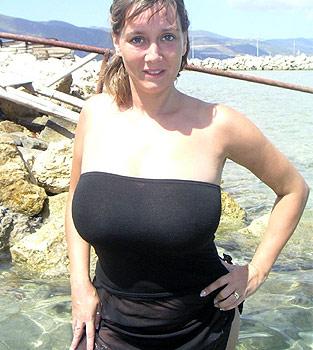 Femme mûre sexy à la plage