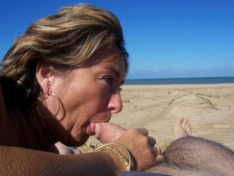 Femme mature suce une bite