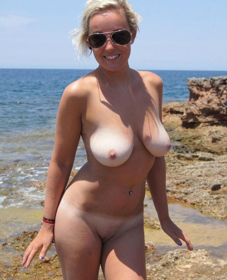 Lunette de soleil et gros seins