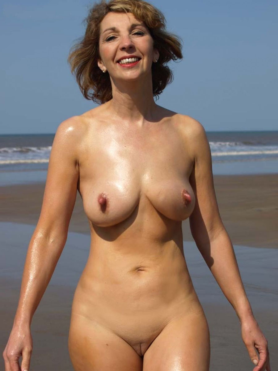 Femme mature toute nue et la chatte rasée