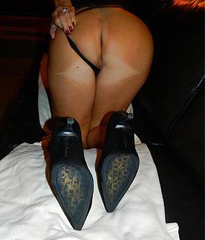 Femme Cougar de Lille exhibe son beau cul en string