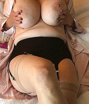 Femme exhibe et serre ses deux gros seins