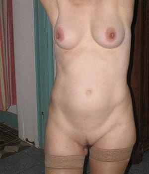 Femme mûre exhibe ses beaux seins ronds