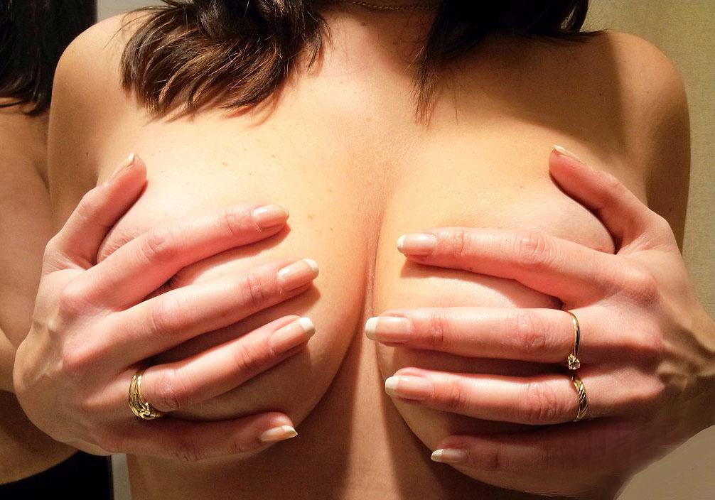 Cache ses gros seins avec ses mains