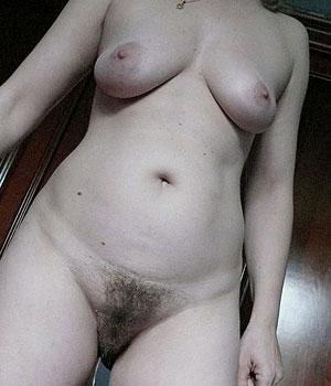 Toute nue, chatte poilue et petits seins