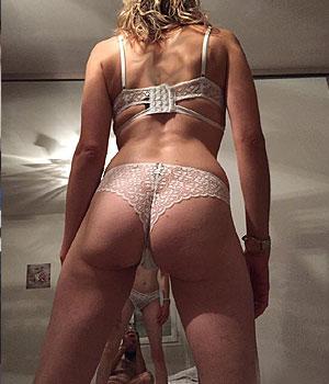 Beau cul en shorty sexy devant le miroir (photo mari)