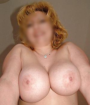 Selfie d'une femme aux gros seins de Montpellier