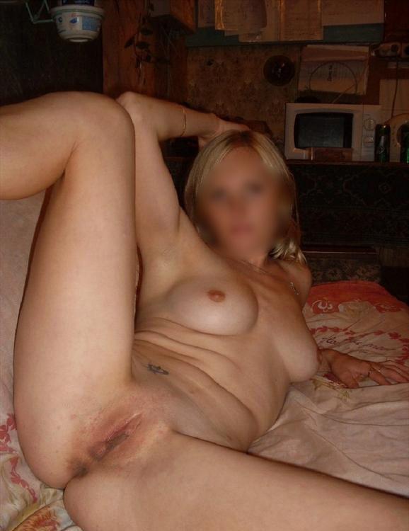 Femme blonde montre son minou lisse