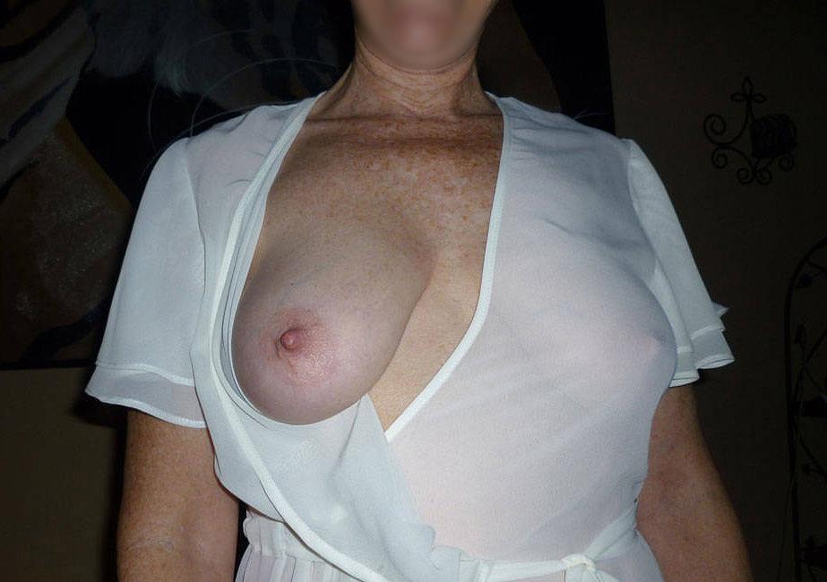 Femme en manque montre ses seins