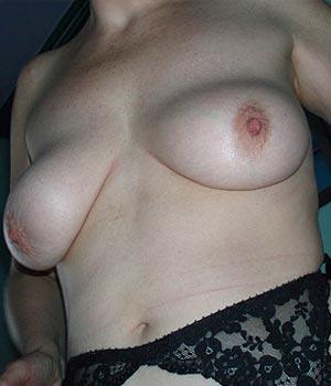 Les beaux seins naturels d'une orléannaise de 46 ans